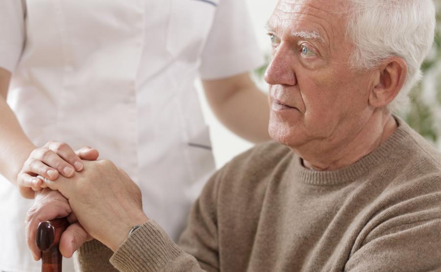 Starszy mężczyza pod opieką pielęgniarki