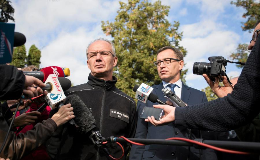 Prezes IPN Jarosław Szarek (P) i prof. Krzysztof Szwagrzyk na Powązkach Wojskowych
