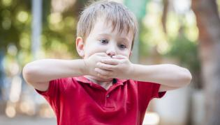 Dziecko zasłania usta
