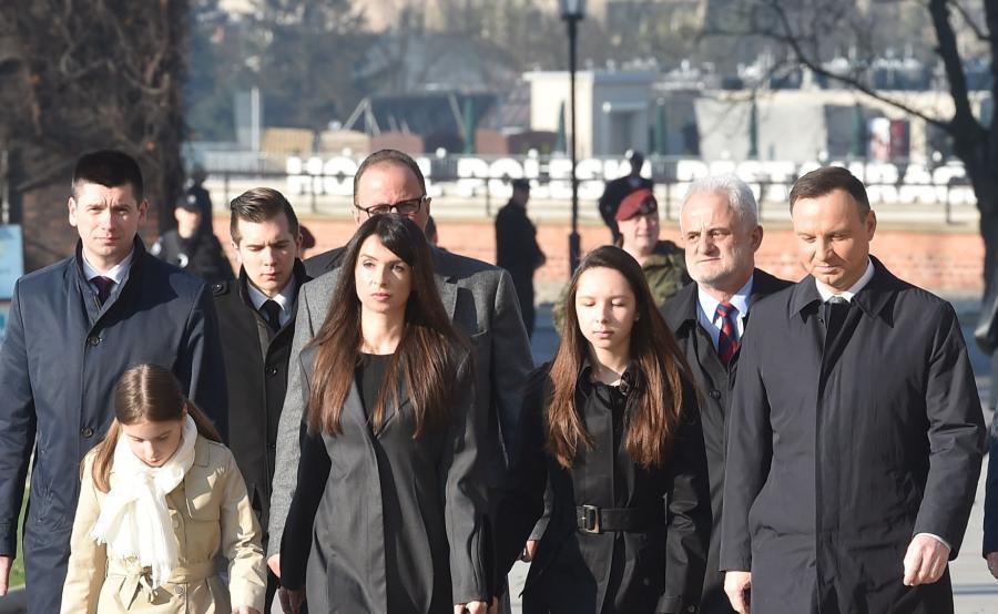 Prezydent Andrzej Duda (P) oraz Marta Kaczyńska (2L) z córkami Ewą (2P) i Martyną (L) w drodze do Krypty pod Wieżą Srebrnych Dzwonów na Wawelu gdzie spoczywają Maria i Lech Kaczyńscy