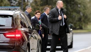 Premier Szydło wśród ochroniarzy