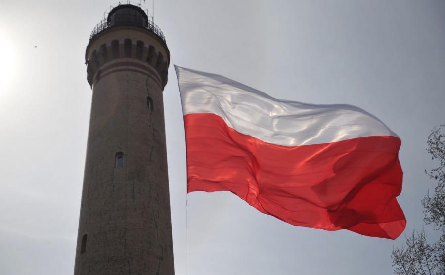 Największa flaga w Polsce zawisła po raz czwarty na latarni morskiej w Świnoujściu