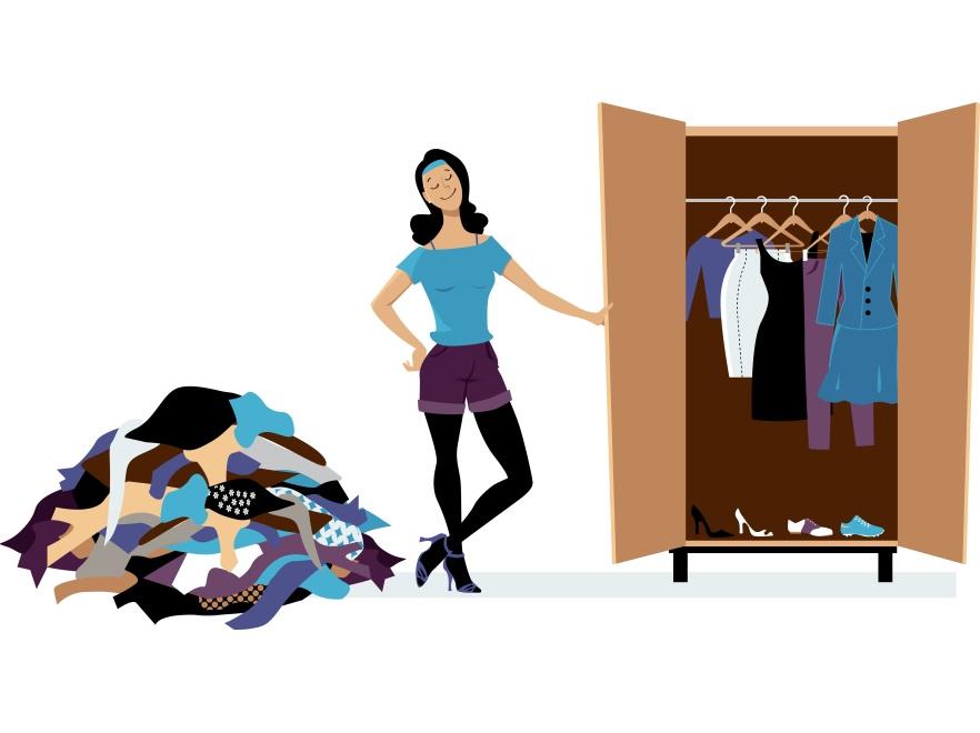 Kobieta przy szafie z ubraniami