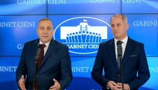 Lider Platformy Obywatelskiej Grzegorz Schetyna oraz przewodniczący klubu parlamentarnego PO Sławomir Neumann podczas konferencji prasowej w Biurze Krajowym PO w Warszawie.