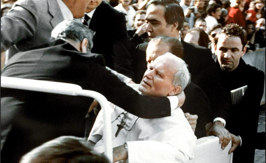 Na zdjęciu archiwalnym z 13 maja 1981 r. Ojciec Święty Jan Paweł II postrzelony przez Ali Agcę podczas zamachu na placu Świętego Piotra w Watykanie.