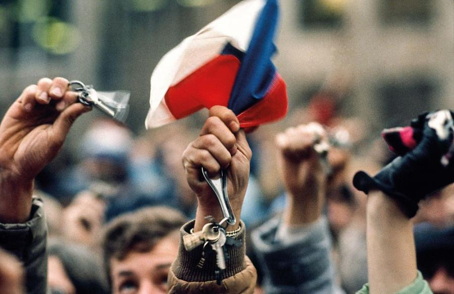 Komu bije dzwon: dzwonki i kluczyki, symbole odsuniecia od wladzy komunistow. Aksamitna Rewolucja, Plac Waclawa, Praga listopad 1989 / Fot. Chris Niedenthal