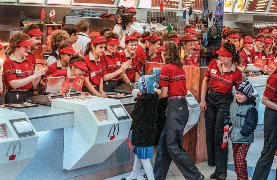 Moskwa, styczeń 1990. Pierwszy McDonalds w ZSRR został otwarty w Moskwie. Moment otwarcia / Fot. Chris Niedenthal