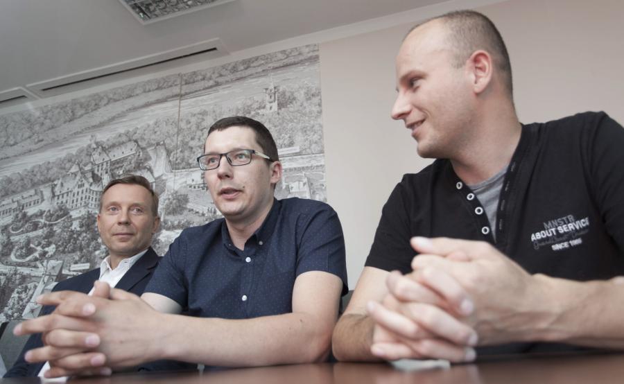 Biorca nerki Adrian Bartosik (P), dawca nerki Daniel Burniak (C) oraz doktor Paweł Chudoba (L)