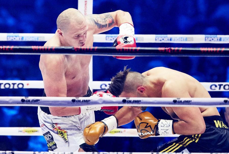 Krzysztof Głowacki i Hizni Altunkaya podczas walki w trakcie gali bokserskiej Polsat Boxing Night