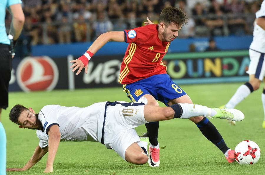 Reprezentant Hiszpanii Saul Niguez (P) oraz Roberto Gagliardini (L) z Włoch podczas półfinałowego meczu piłkarskich mistrzostw Europy U21
