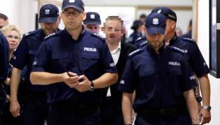 B. szef Amber Gold Marcin P. (C) doprowadzany w asyscie policji na sejmową Komisję śledczą ds. Amber Gold fot.Tomasz Gzell