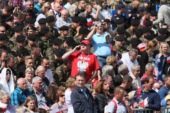 Przemówienia Trumpa słuchały  na żywo na pl. Krasińskich tłumy osób.