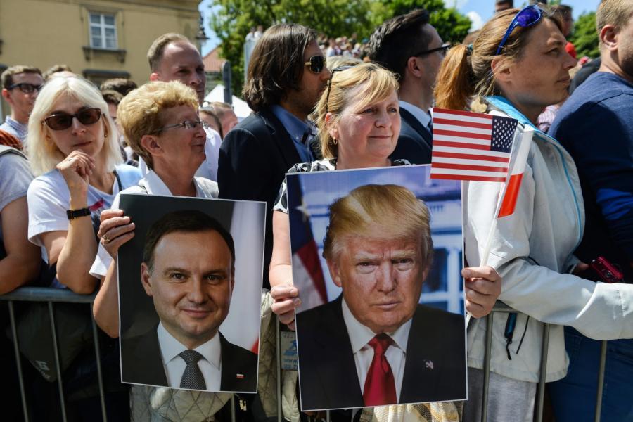 Zanim Donald Trump wygłosił przemówienie, prezydenci USA i Polski złożyli wieńce przed Pomnikiem Powstania Warszawskiego.