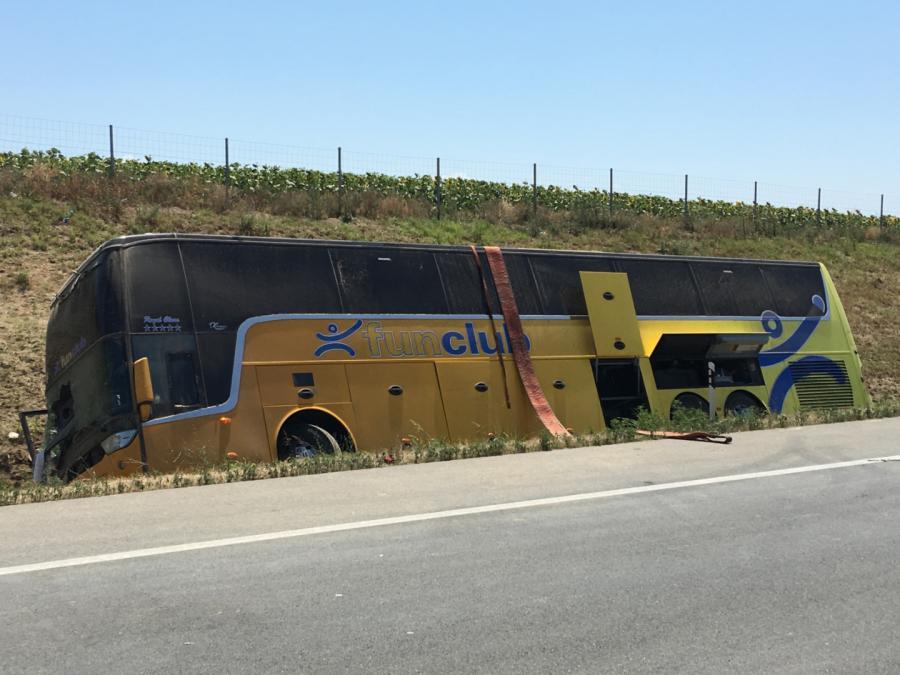 Wiozący dzieci autobus z polskimi numerami rejestracyjnymi wypadł z drogi i przewrócił się na północy Serbii, w pobliżu miejscowości Feketic.