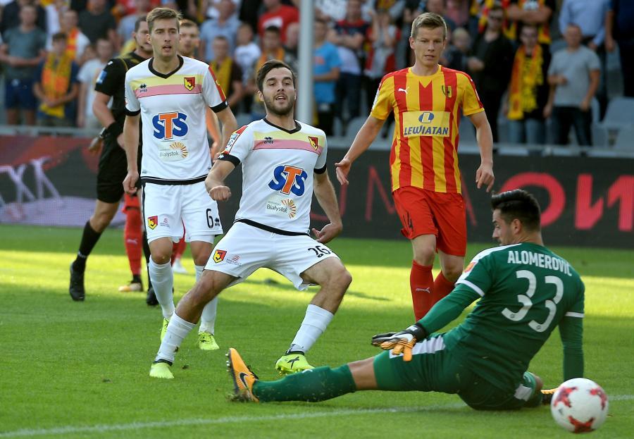 Bramkarz Korony Kielce Zlatan Alomerovic (#33) pokonany przez Martina Pospisila (C) z Jagiellonii Białystok