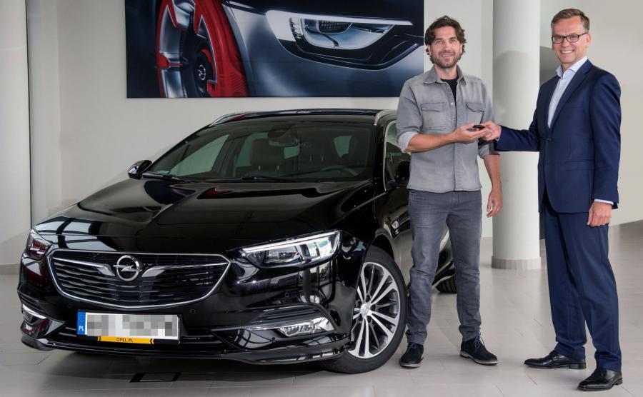 Kluczyki do nowego modelu Opla Marcinowi Dorocińskiemu przekazał Wojciech Mieczkowski, dyrektor generalny GM Poland