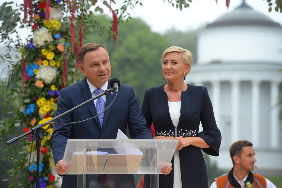 Prezydent Andrzej Duda z małżonką Agatą Kornhauser-Dudą podczas inauguracji Narodowego Czytania \