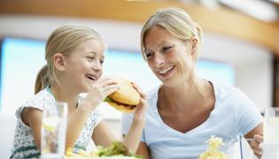 Matka z córką na obiedzie