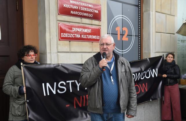 Janusz Zaorski podczas pikiety w obronie dyrektor PISF, Magdaleny Soroki