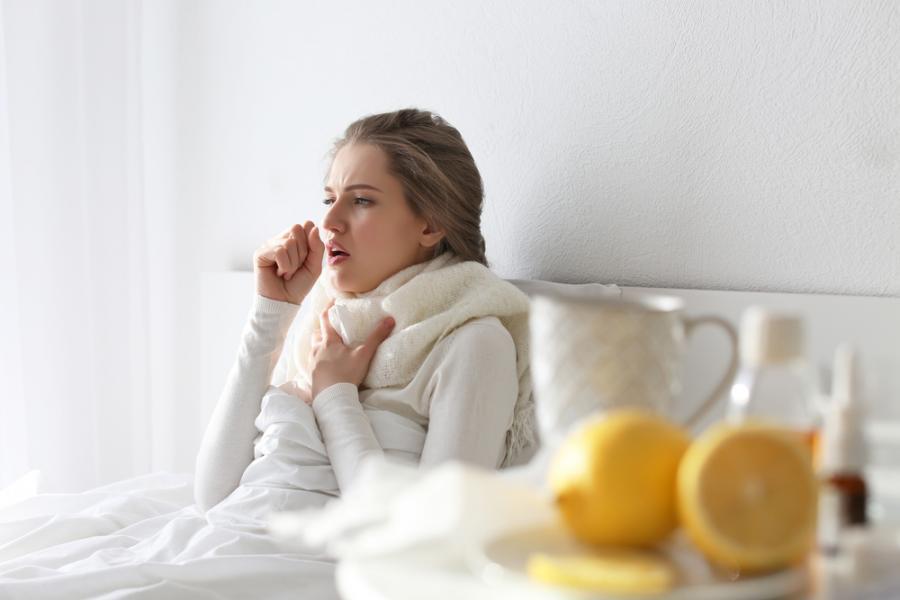 Przeziębiona kobieta w łóżku