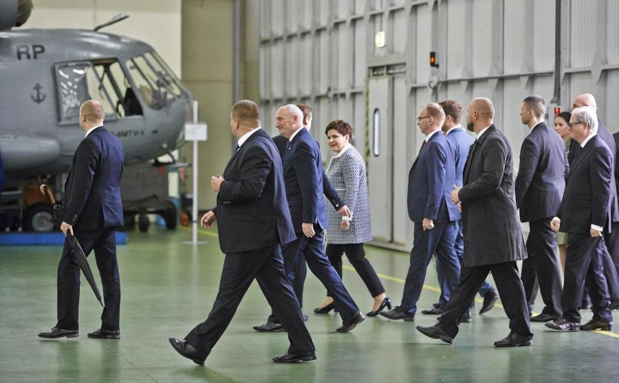 Premier Beata Szydło i minister obrony narodowej Antoni Macierewicz w czasie wizyty w WZL