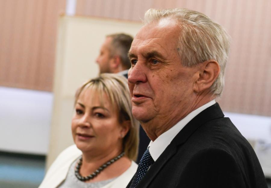 Milos Zeman i jego żona Ivana w punkcie wyborczym