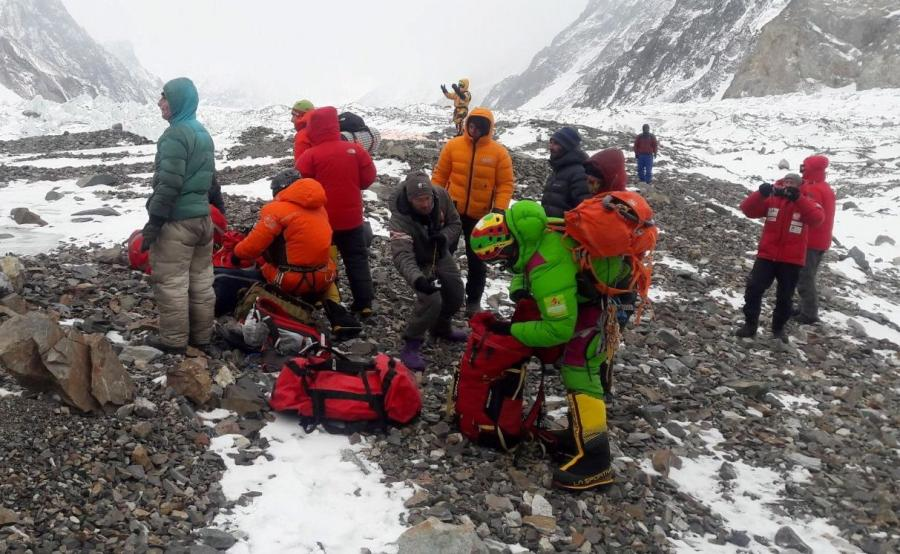 Przygotowania do wylotu ekipy ratunkowej z bazy pod K2. Adam Bielecki, Jarosław Botor, Piotr Tomala i Denis Urubko
