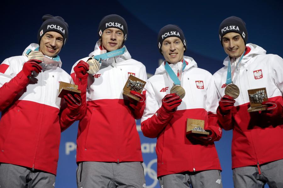 Kamil Stoch, Dawid Kubacki, Stefan Hula i Maciej Kot odebrali brązowe medale