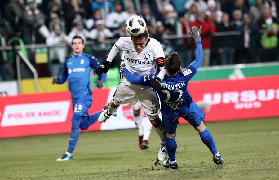 Piłkarz Legii Warszawa Miroslav Radovic (L) i Wołodymyr Kostewycz (P) z Lecha Poznań