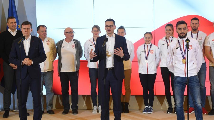 Premier Mateusz Morawiecki (C), minister Sportu i Turystyki Witold Bańka (L), oraz złoty medalista w biegu na 800 metrów Adam Kszczot (P)