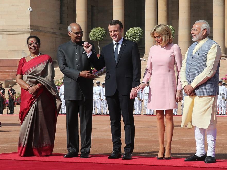 Brigitte i Emmanuel Macronowie z premierem (po prawej) i prezydentem Indii oraz jego małżonką