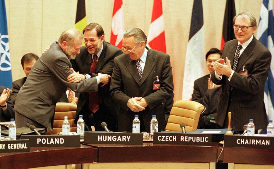 W chwilę po podpisaniu przez16 szefow dyplomacji państw członkowskich protokołów o rozszerzeniu Paktu sekretarz generalny NATO Javier Solana gratuluje ministrowi spraw zagranicznych Polski Bronisławowi Geremkowi (z lewej). Obok stoją szefowie dyplomacji Węgier - Laszlo Kovacs i Czech - Jaroslav Sedivy (z prawej).