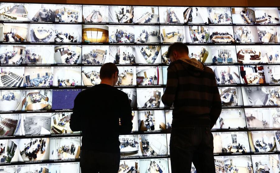 Przekazy z kamer w lokalach wyborczych można było obejrzeć w siedzibie CKW