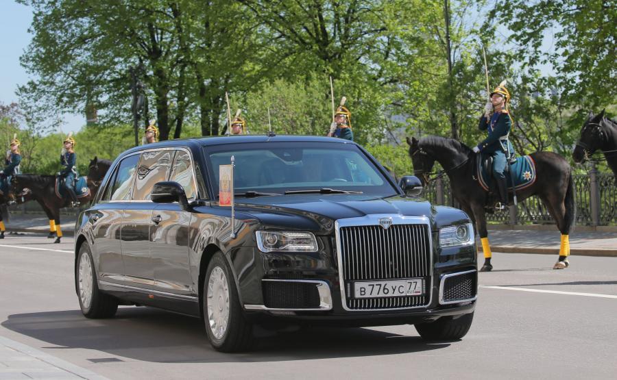 Putin wyszedł z korpusu, gdzie mieści się jego gabinet, usiadł na miejscu dla pasażera i przejechał do Wielkiego Pałacu Kremlowskiego, w którym odbyła się uroczystość zaprzysiężenia