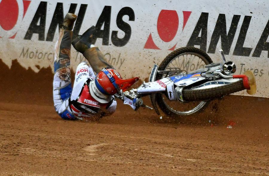 Upadek Duńczyka Nickiego Pedersena podczas żużlowego Grand Prix Polski w Warszawie