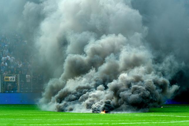 Kibice Lecha Poznań rzucający race dymne podczas meczu grupy mistrzowskiej ostatniej kolejki sezonu Ekstraklasy z Legią Warszawa