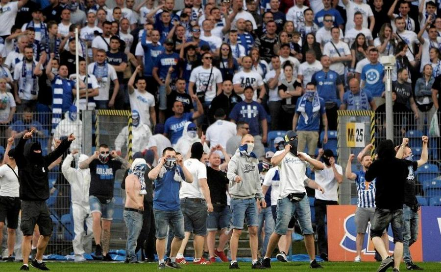 Mecz ekstraklasy Lech Poznań - Legia Warszawa. Kibice wtargnęli na boisko, interweniowała policja / Piotr Skórnicki