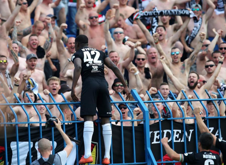 Radość kibiców Zagłębia Sosnowiec po zdobyciu bramki przez Alexandre Domingos Cristovao Mfutila podczas meczu pierwszej ligi piłkarskiej z Ruchem Chorzów