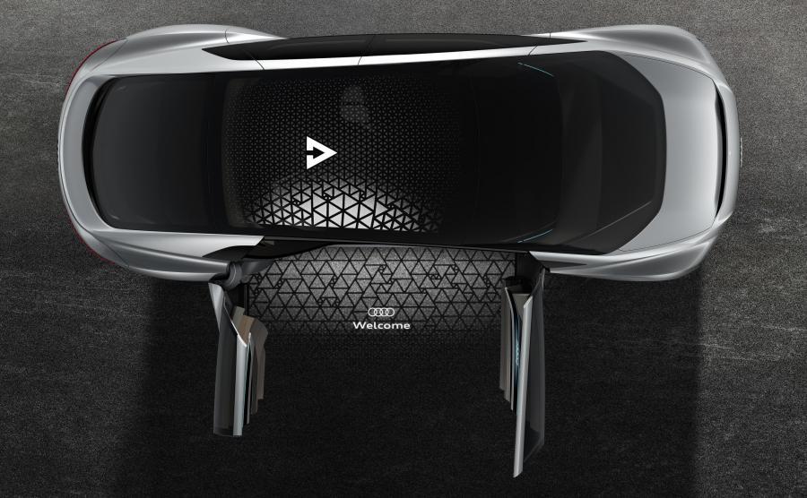 Audi Aicon ładnie się wita przed drzwiami otwartymi na oścież. Szklany dach może być całkowicie czarny lub częściowo nieprzezroczysty – to dla prywatności podróżnych