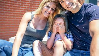 Rodzice z zawstydzonym synkiem