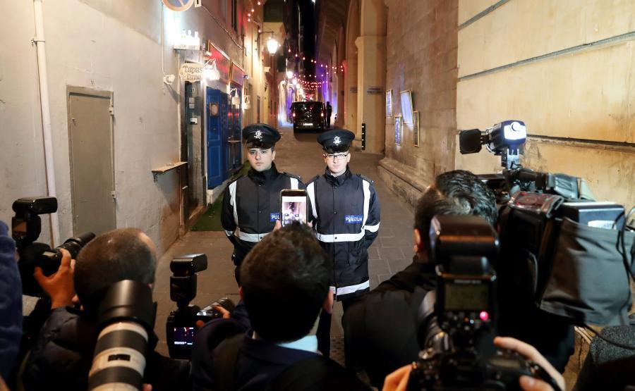 Maltańska policja przed sądem, gdzie odbyło się przesłuchanie ws. zabójstwa Daphne Caruany Galizii