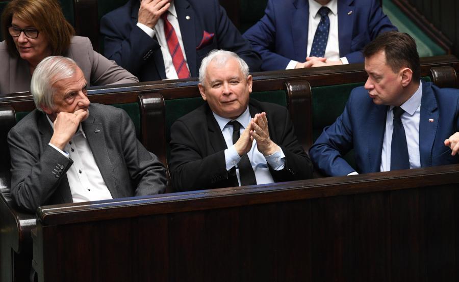 Prezes Jarosław Kaczyński w otoczeniu polityków PiS