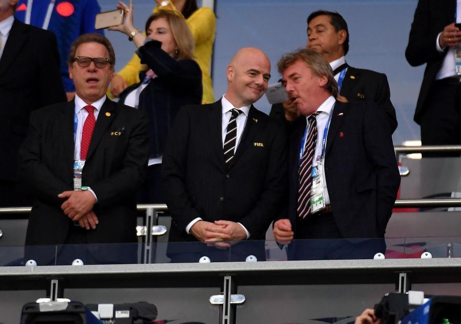 Prezes PZPN Zbigniew Boniek (P) i prezydent FIFA Gianni Infantino (C) przed meczem grupy H piłkarskich mistrzostw świata Polska - Kolumbia
