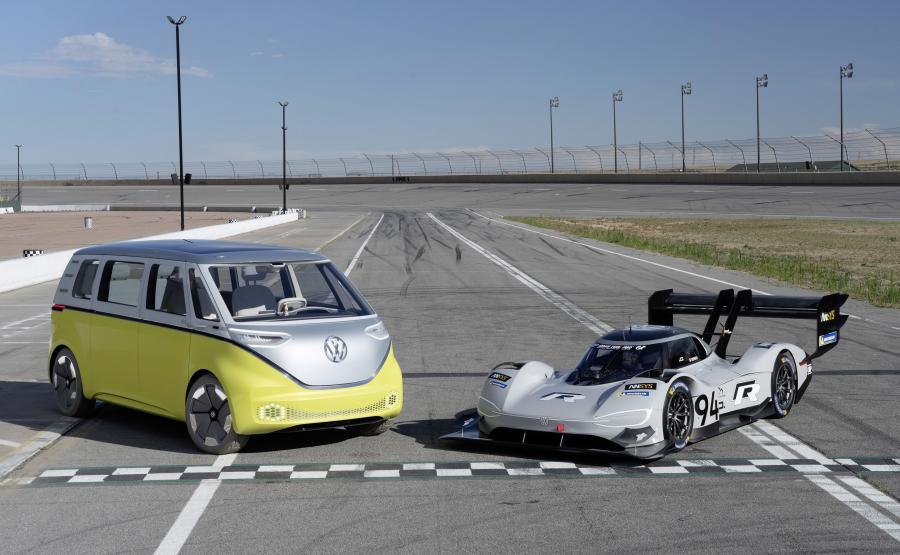 Volkswagen I.D. BUZZ i I.D. R Pikes Peak. VW w ciągu najbliższych pięciu lat wyda ok. 4 mld euro na architekturę pojazdów elektrycznych MEB. Inwestycje te realizowane będą w zakładach na całym świecie. Oprócz tego niemiecka firma planuje wydać ok. 2 mld euro w badania i rozwój