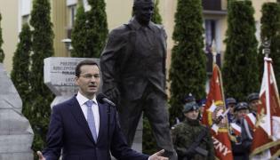 Premier Mateusz Morawiecki podczas uroczystości odsłonięcia pomnika śp. prezydenta RP prof. Lecha Kaczyńskiego i ofiar katastrofy smoleńskiej