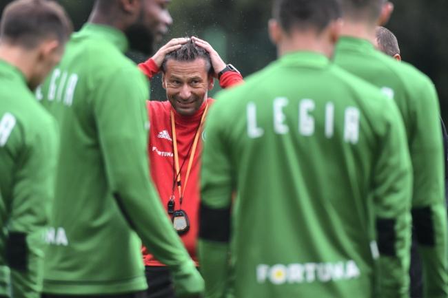 Trener Legii Warszawa Dean Klafuric (C) podczas treningu przed rewanżowym meczem 1. rundy eliminacji piłkarskiej Ligi Mistrzów sezonu 2018/2019 z Cork City FC, 16 bm. W pierwszym spotkaniu, drużyna stołeczna wygrała na wyjeździe 1:0.