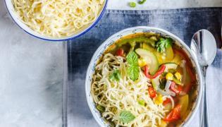 Zupa warzywna w kukurydzą