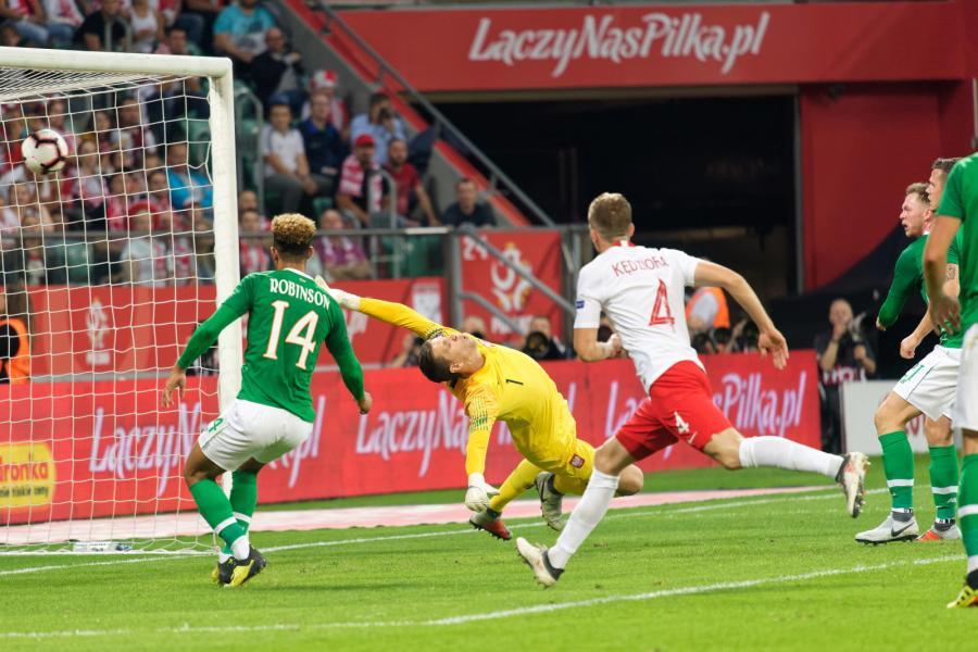Bramkarz reprezentacji Polski Wojciech Szczęsny (2L) przepuszcza piłke do siatki po strzale Aidena O'Briena( P) z Irlandii