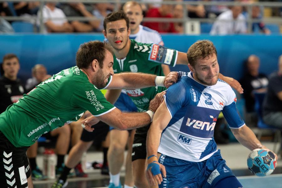 Zawodnik Orlenu Wisły Płock Michał Daszek (P) i Phillip Holm (L) z Wacker Thun podczas meczu Ligi Mistrzów piłkarzy ręcznych