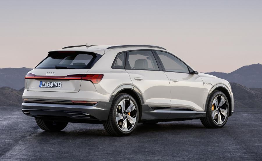 Audi e-tron ma 4,9 m długości, 1,9 m szerokości i 1,6 m wysokości